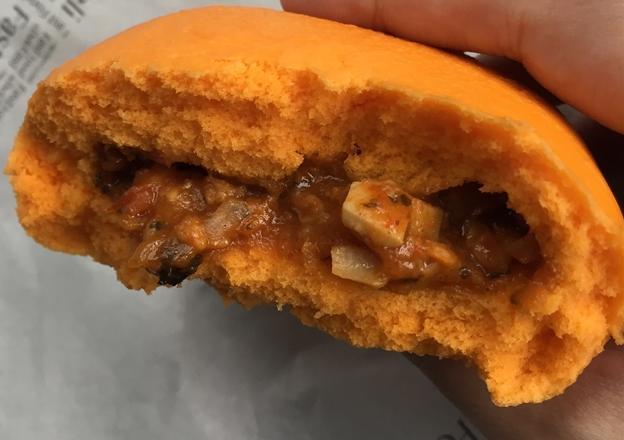 トムヤムクンまん(ファミマ)を食べてみた「ピリ辛で美味しい」【感想・カロリー】