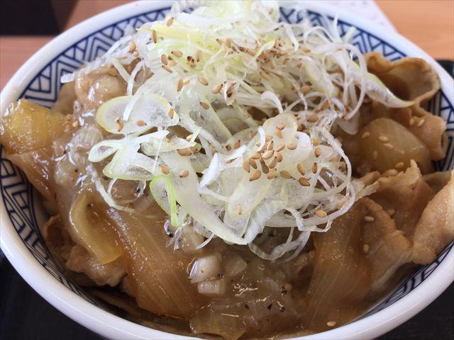 吉野家の「ねぎ塩豚丼」を食べてみた「すりおろし生姜付き!」【感想・カロリー】