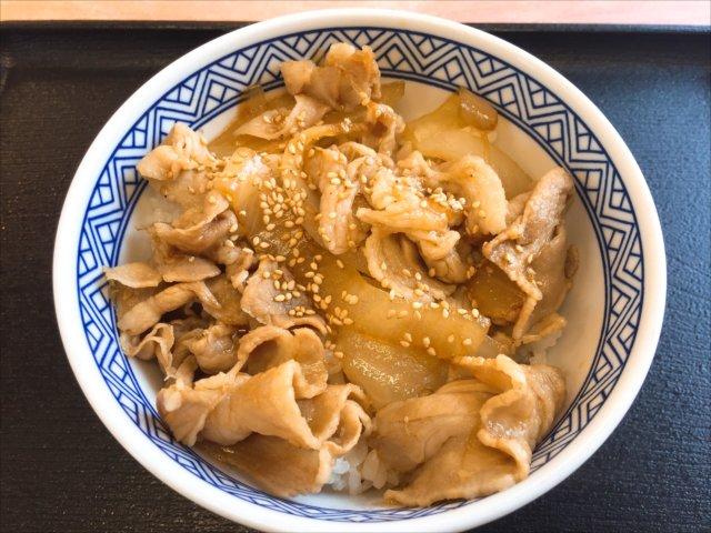 吉野家の(新豚丼)を食べてみた「甘めの味付け」【感想・カロリー】